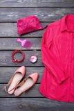 Плоские одежды и аксессуары дам положения стоковые изображения