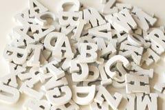 Плоские положенные деревянные письма, конец вверх, белая предпосылка стоковая фотография rf