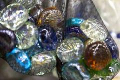 Плоские яркие красочные декоративные стеклянные камни в решетке стоковые изображения rf