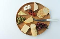 Плоский взгляд положения блюда сыров с красным вином Стоковые Изображения RF
