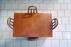 Плоский взгляд положения деревянного стола и стульев Стоковое Изображение