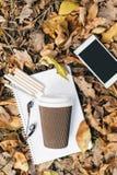 Плоский взгляд положения листьев осени, таблетки, телефона и бумажного стаканчика coffe Сверху с ногами Стоковое Изображение RF