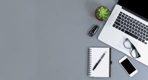 Плоский взгляд положения серого стола с amply копирует космос стоковое фото rf