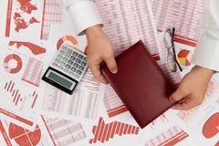 Плоский взгляд сверху бизнесмена работая и высчитывая финансы, читает и пишет отчеты r стоковые фотографии rf