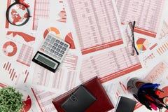 Плоский взгляд сверху бизнесмена работая и высчитывая финансы, читает и пишет отчеты r стоковые изображения rf