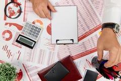 Плоский взгляд сверху бизнесмена работая и высчитывая финансы, читает и пишет отчеты r стоковая фотография rf