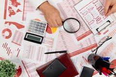 Плоский взгляд сверху бизнесмена работая и высчитывая финансы, читает и пишет отчеты r стоковое изображение rf