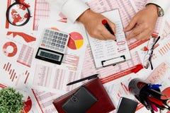 Плоский взгляд сверху бизнесмена работая и высчитывая финансы, читает и пишет отчеты r стоковое фото rf