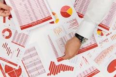 Плоский взгляд сверху бизнесмена работая и высчитывая финансы, читает и пишет отчеты r стоковое изображение
