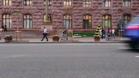Плоский взгляд улицы города, автомобили движения управляет кирпичным зданием пропуска акции видеоматериалы