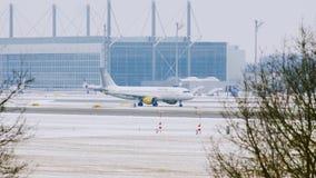 Плоский двигающ дальше взлётно-посадочная дорожка, авиапорт Мюнхена, Германию