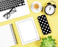 Плоский желтый цвет b кофе таблетки тетради компьтер-книжки рабочего места офиса положения Стоковые Фотографии RF