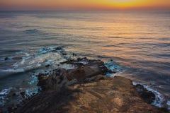 Плоский заход солнца пункта утеса стоковые фото
