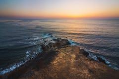 Плоский заход солнца пункта утеса стоковое фото rf