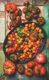 Плоский - положение свежих красочных томатов, вертикальный состав Стоковые Фотографии RF