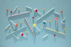 Плоский положенный день рождения childs, голубая картина предпосылки Сладкие конфеты, яркий воздушный шар, праздничные свечи, пир стоковые изображения
