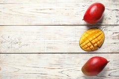 Плоский положенный состав с манго стоковое фото rf