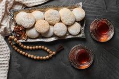 Плоский положенный состав с подносом традиционных печений на исламск стоковое изображение