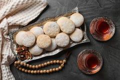 Плоский положенный состав с подносом традиционных печений на исламск стоковая фотография rf
