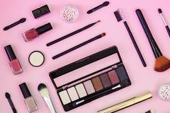 Плоский положенный состав с продуктами макияжа и на предпосылке цвета стоковое фото rf