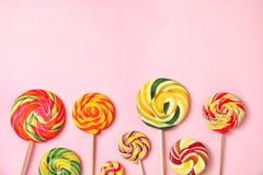 Плоский положенный состав с различными yummy конфетами и космос для текста стоковая фотография rf
