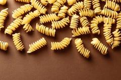 Плоский положенный состав с сырцовыми макаронными изделиями на предпосылке цвета стоковая фотография rf