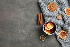 Плоский положенный состав с чашкой горячих напитка и космоса зимы для текста на серой предпосылке стоковые фото