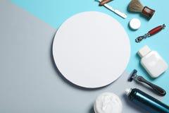 Плоский состав положения с брить аксессуары для людей и пустую карточку на предпосылке цвета стоковая фотография