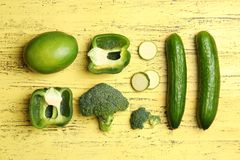 Плоский состав положения с зелеными овощами стоковое фото rf