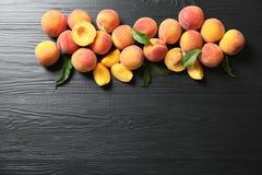 Плоский состав положения с зрелыми персиками стоковое изображение rf