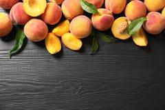 Плоский состав положения с зрелыми персиками стоковые фотографии rf