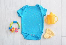Плоский состав положения с модным ` s детей одевает Стоковое Изображение