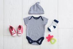 Плоский состав положения с модным ` s детей одевает Стоковая Фотография