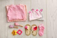 Плоский состав положения с модным ` s детей одевает Стоковые Фото