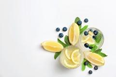 Плоский состав положения с очень вкусным естественным лимонадом стоковое фото rf