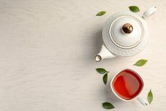 Плоский состав положения с очень вкусным чаем стоковые фото