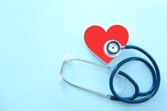 Плоский состав положения с сердцем и стетоскоп на предпосылке цвета, взгляд сверху стоковая фотография rf