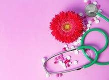Плоский состав положения с стетоскопом, цветком и пилюльками стоковое изображение
