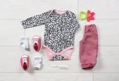 Плоский состав положения с стильными одеждами ребенка Стоковые Изображения RF