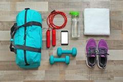 Плоский состав положения с сумкой спорт стоковое фото