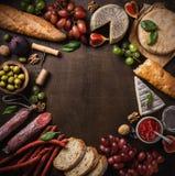 Плоский состав положения с сыром, мясом и плодоовощами стоковое фото rf