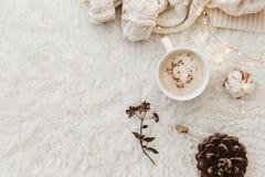 Плоский состав положения с чашкой кофе стоковое фото rf
