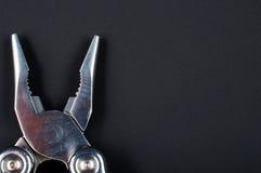 плоскогубцы конца черноты предпосылки вверх Стоковое Изображение