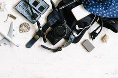 Плоское взгляд сверху положения женского перемещения b летнего отпуска photogarpher стоковая фотография