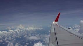 плоское крыло 4K в отключении полета с красивым небом Облака из окна самолета видеоматериал