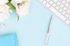 Плоское место для работы домашнего офиса положения на сини стоковое изображение