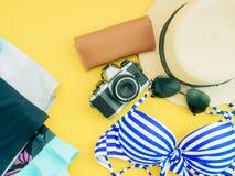 Плоское положение для голубого accessorie перемещения девушки бикини и ткани лета Стоковая Фотография