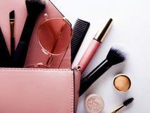 Плоское положение женских аксессуаров моды и розовой сумки на белой предпосылке с copyspace перл макроса имитировать поля детали  Стоковая Фотография