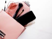 Плоское положение женских аксессуаров моды и розовой сумки на белой предпосылке с copyspace перл макроса имитировать поля детали  Стоковое фото RF