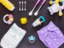 Плоское положение комплекта младенца с пеленкой ткани Стоковая Фотография